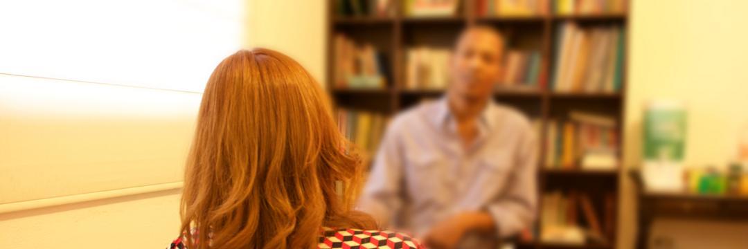 A diferença entre psicoterapia e conversar com um amigo